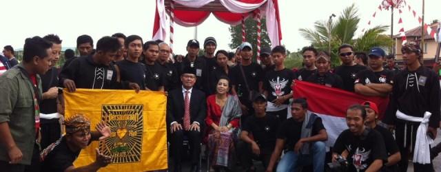 """Foto bersama PSHT dan Konjen RI untuk negeri Serawak Malaysia. Sebuah catatan seorang pelatih Mz Yohanes Iwan """"Terimakasih pak Konjen, Sosok Pejabat yang ramah dan..."""